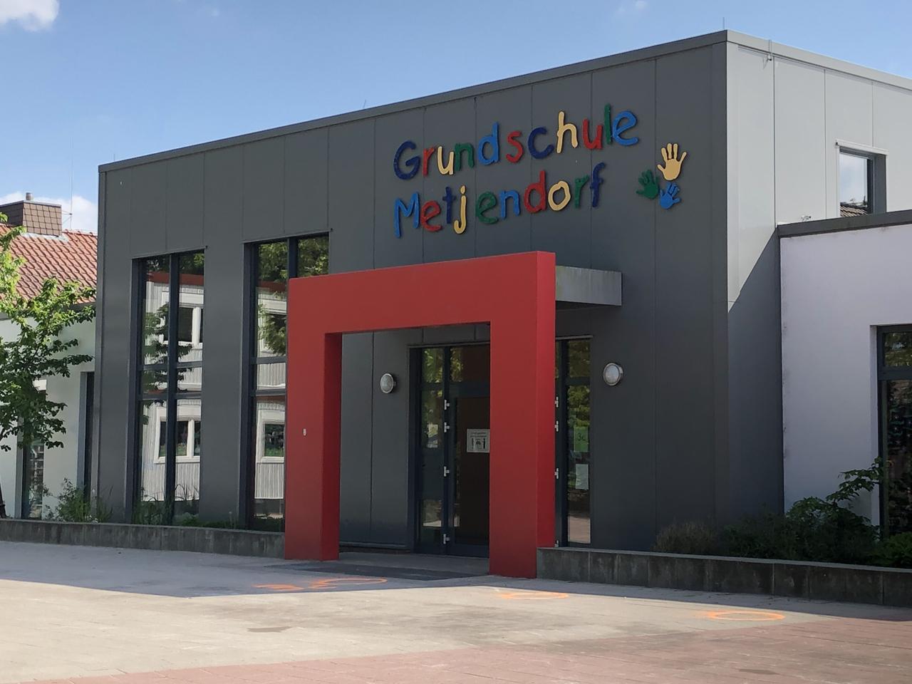Haupteingang am Schulweg
